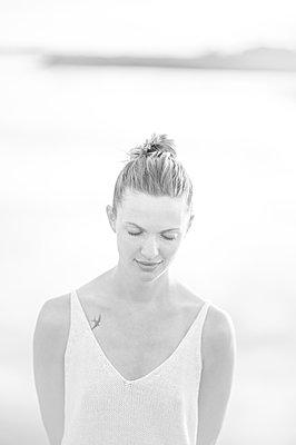 Young woman at a lake, portrait - p552m2278514 by Leander Hopf