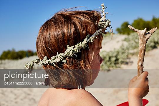 Kleinkind mit Haarreifen und Holzstück am Strand - p1511m2223088 von artwall