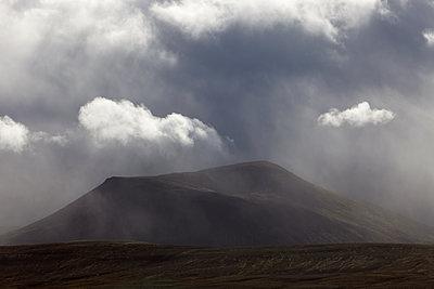 Wolkenformationen und Regen vor Berg im Hochland - p1314m1189970 von Dominik Reipka
