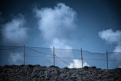 Zaun & Wolken - p220m1158918 von Kai Jabs
