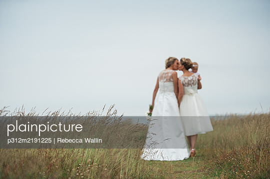 Brides with baby girl - p312m2191225 by Rebecca Wallin