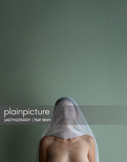 Woman with veil over her face, portrait - p427m2254031 by Ralf Mohr