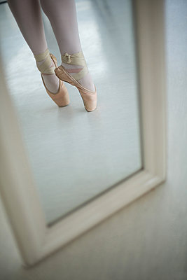 Reflection of ballerinas feet practicing ballet dance - p1315m1230713 by Wavebreak
