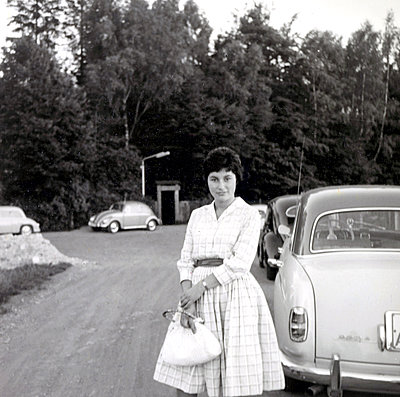 Young woman in front of cabriolet - p1541m2116868 by Ruth Botzenhardt