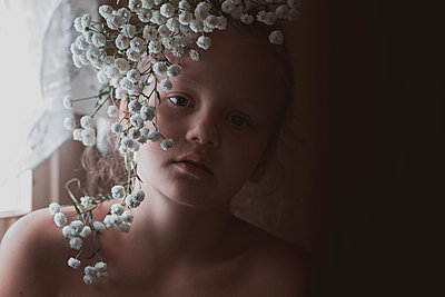 Girl with Gypsophila in front of her face, portrait - p1642m2216216 by V-fokuse