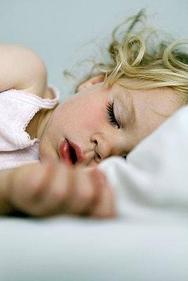 Germany, Berlin, blond girl sleeping - p300m1188728 by Anna Sauvigny