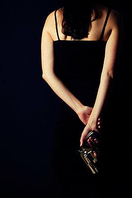 Frau mit Revolver - p3300316 von Harald Braun
