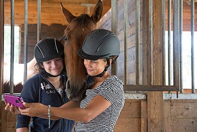 Selbstportrait mit Pferd - p635m858421 von Julia Kuskin
