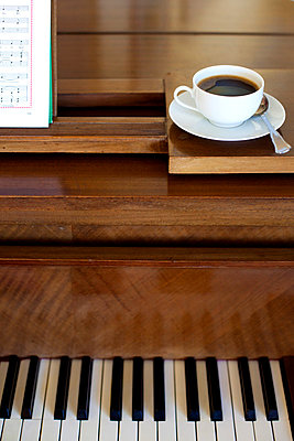 Piano with coffee - p7560052 by Bénédicte Lassalle