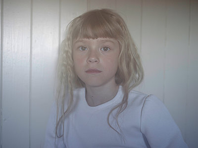 Portrait of blonde girl - p945m1444664 by aurelia frey