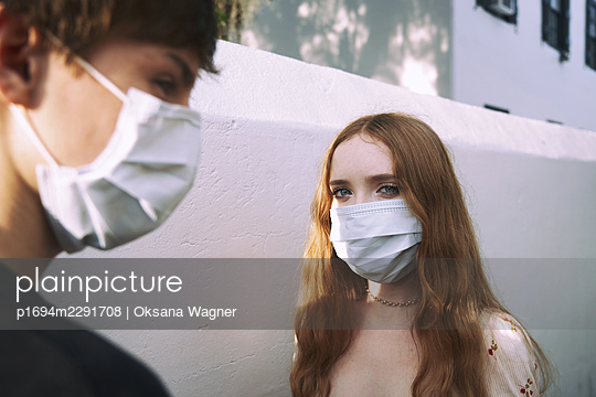 Teens wearing a face mask - p1694m2291708 by Oksana Wagner