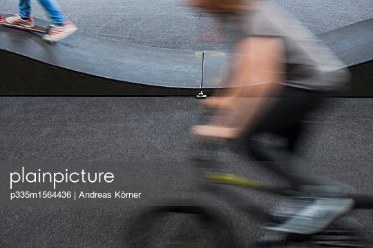 halfpipe motions board and bike - p335m1564436 von Andreas Körner