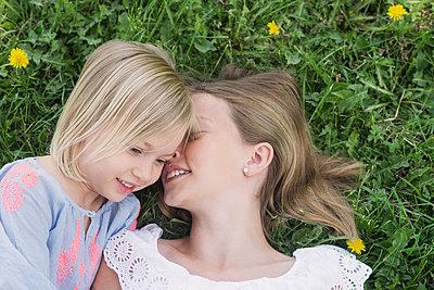two girls in the grass - p1323m1575258 von Sarah Toure