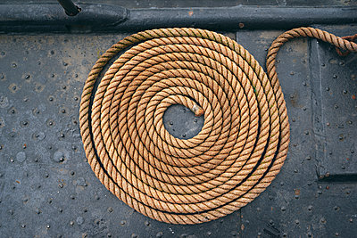 Eingerolltes Seil - p1696m2293020 von Alexander Schönberg