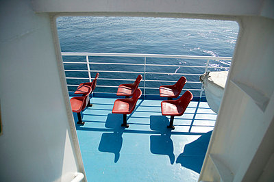 Rote Plastiksitze an Deck - p3880802 von L.B.Jeffries
