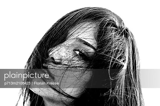Sinnlicher Blick - p713m2108423 von Florian Kresse
