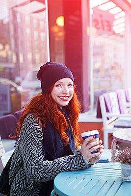 Gute Laune im Café - p045m1208201 von Jasmin Sander