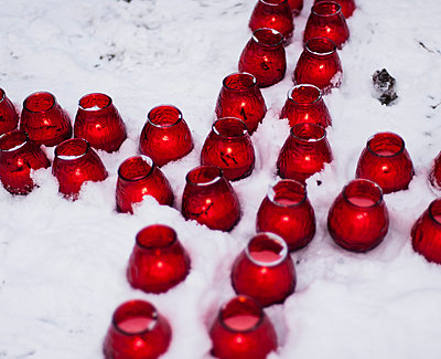 Candles in the snow - p1046m779091 by Moritz Küstner