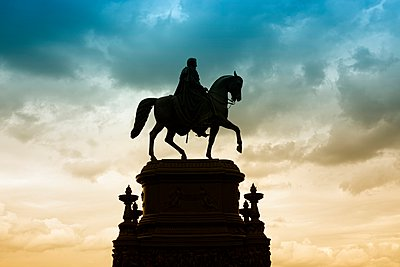 Germany, Saxony, Dresden, view to Equestrian statue of King John in front of cloudy sky - p300m948913 by Markus Keller