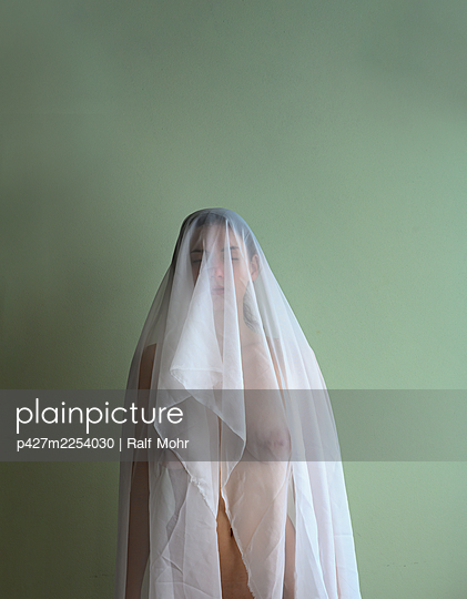 Woman with veil over her face, portrait - p427m2254030 by Ralf Mohr