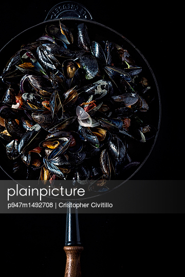 Mussels in pan - p947m1492708 by Cristopher Civitillo