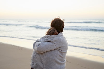 Rear view of couple on beach - p1124m1508639 by Willing-Holtz