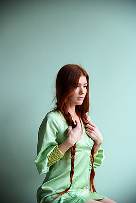 Red-haired woman, portrait - p427m2181284 by Ralf Mohr