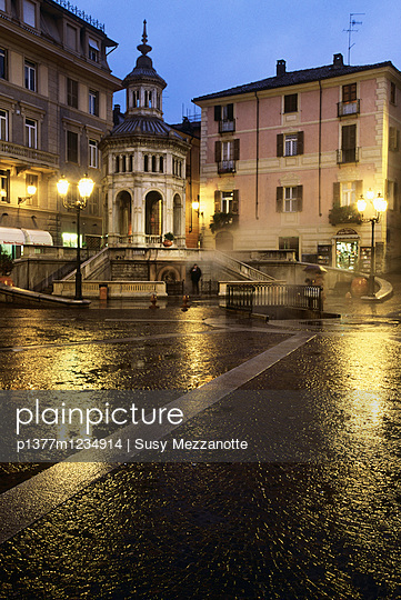 Piazza della Bollente (Bollente square), the spring water temperature is 74 °C - p1377m1234914 by Susy Mezzanotte