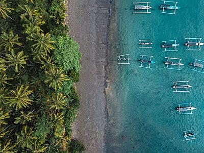 Indonesia, Bali, Aerial view of banca boats and beach - p300m2042618 von Konstantin Trubavin