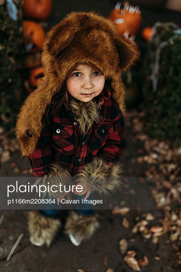 Close up of young preschool aged girl at halloween dressed in costume - p1166m2208364 by Cavan Images