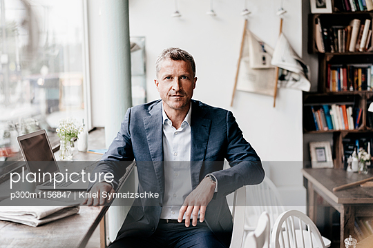 Businessman working in cafe - p300m1156847 by Kniel Synnatzschke