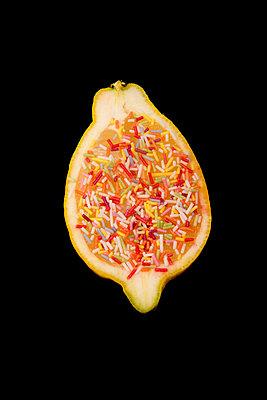 Zitrone mit Zuckerstreusel - p451m1589823 von Anja Weber-Decker