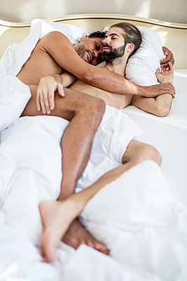 Gay couple in bedroom - p787m2115257 by Forster-Martin