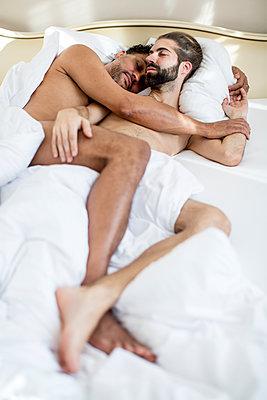 Schwules Paar im Schlafzimmer - p787m2115257 von Forster-Martin