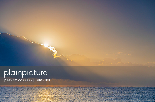 USA, Florida, Boca Raton, Sun rising behind clouds above sea - p1427m2283085 by Tom Grill