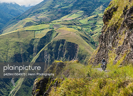 plainpicture | Photo library for authentic images - plainpicture p429m1504973 - Man on touring adventure mo... - plainpicture/Cultura/Henn Photography