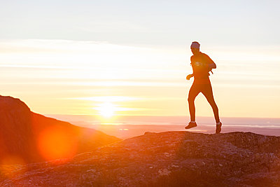 Person jogging at sunset - p312m1187639 by Niclas Vestefjell