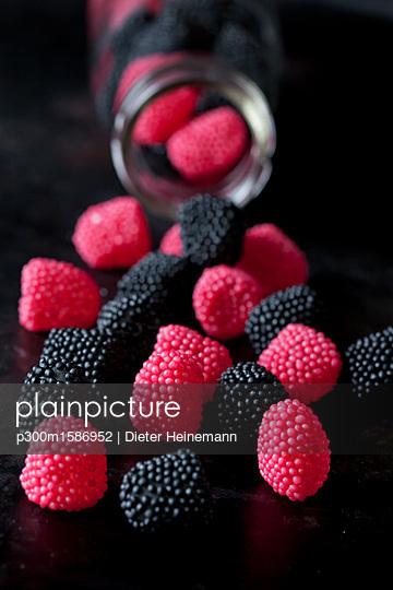 Jelly berries, close-up - p300m1586952 von Dieter Heinemann