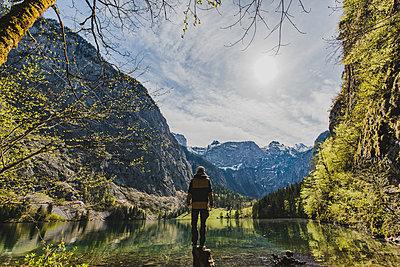 Person schaut auf den Königsee in Bayern - p1455m2045293 von Ingmar Wein