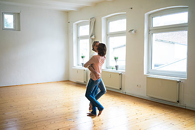 Mature couple dancing in empty room - p300m1562437 by Robijn Page