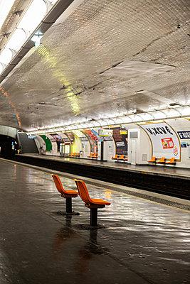 Empty metro platform - p940m2184775 by Bénédite Topuz