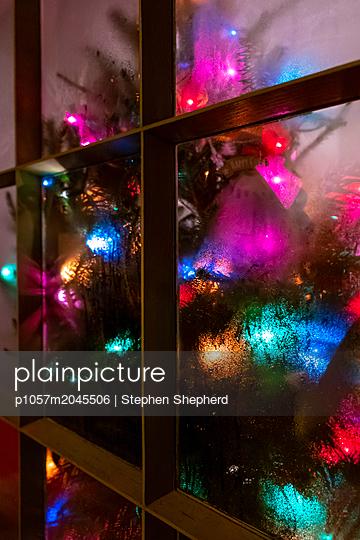 Weihnachtsdekoration im Fenster - p1057m2045506 von Stephen Shepherd