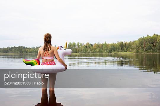 Mit Einhorn im See - p294m2031909 von Paolo