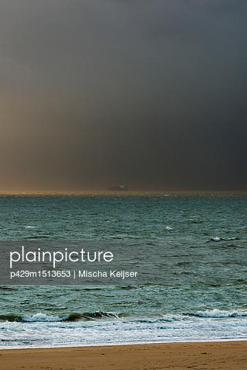 plainpicture | Photo library for authentic images - plainpicture p429m1513653 - Bad weather approaching fro... - plainpicture/Cultura/Mischa Keijser
