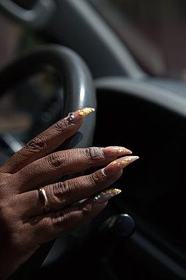 Autofahrerin mit künstlichen Nägeln - p045m1586007 von Jasmin Sander