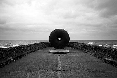 Skulptur am Meer - p1090m856350 von Gavin Withey
