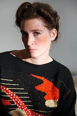 Woman in vintage pullover - p1215m1028292 by Kim Keibel