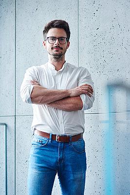 Portrait of confident businessman - p300m2012203 by gpointstudio