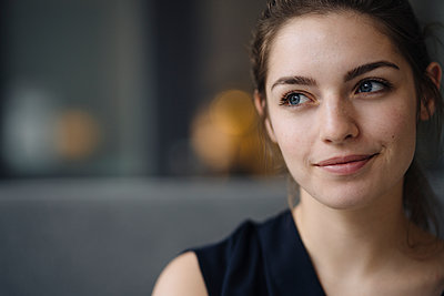 Portrait of smiling young woman looking at distance - p300m2171120 by Kniel Synnatzschke