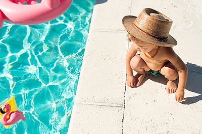 Toddler at swimming pool in summer - p429m2022974 by Lindsay Upson